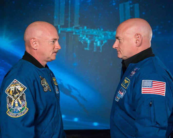 Os astronautas aposentados da NASA e gémeos idênticos Scott Kelly (à direita) e Mark Kelly. Scott ...