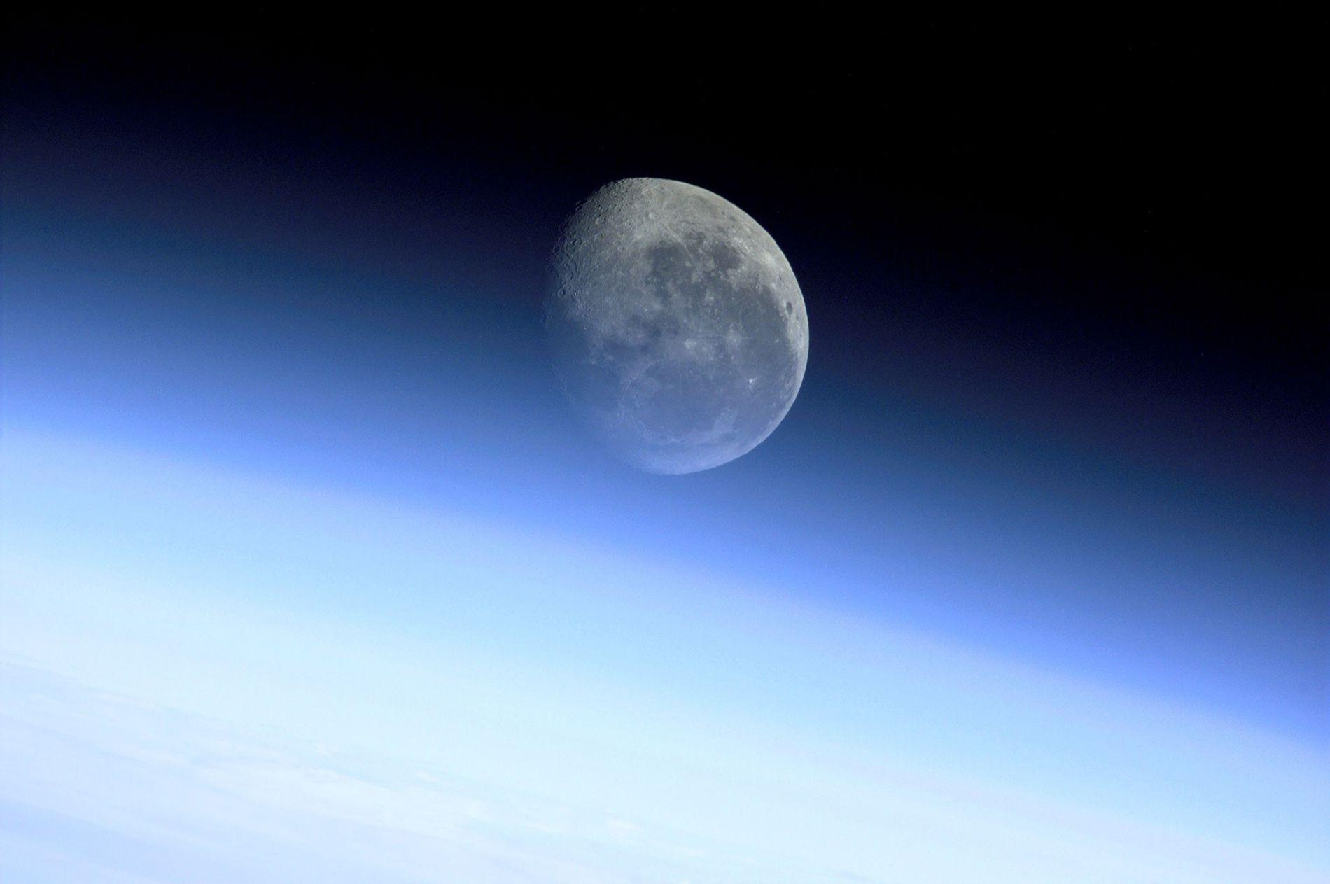 Lua a brilhar através da atmosfera da Terra