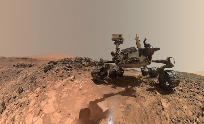 Em 2015, a sonda Curiosity da NASA fez uma paragem na região inferior do Monte Sharp, ...