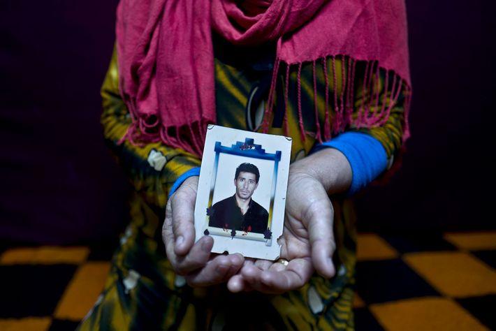 Heven Daood segura uma fotografia do seu marido Reiad.