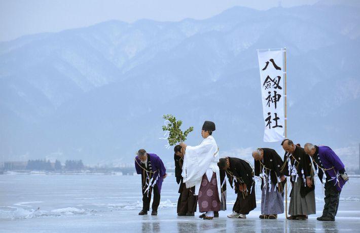 01-monge-xintoísta-lago-suwa