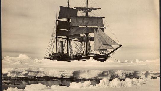 O navio Terra Nova, do explorador polar Robert Falcon Scott, encalhado no meio do gelo da ...