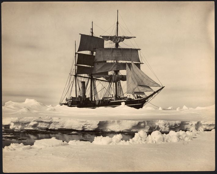 O navio Terra Nova, do explorador polar Robert Falcon Scott, encalhado no meio do gelo da ...