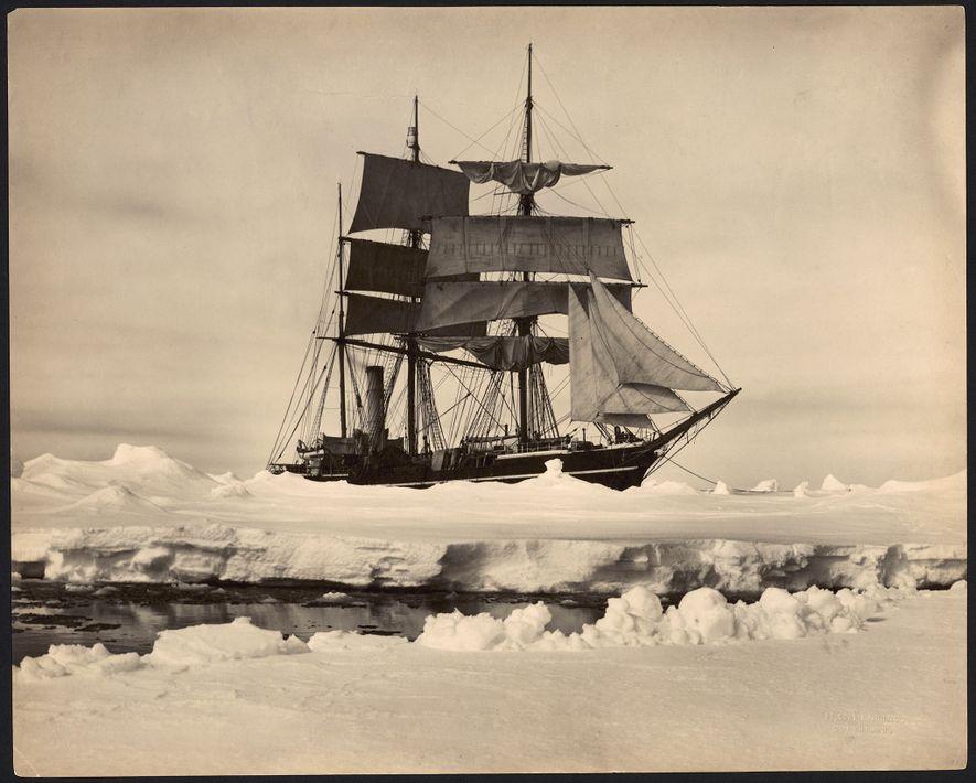 O navio Terra Nova, do explorador polar Robert Falcon Scott, encalhado no meio do gelo da Antártida, no início do século XX.