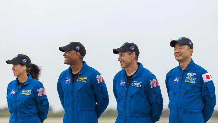 A tripulação chega ao Centro Espacial Kennedy da NASA, no dia 8 de novembro de 2020, ...