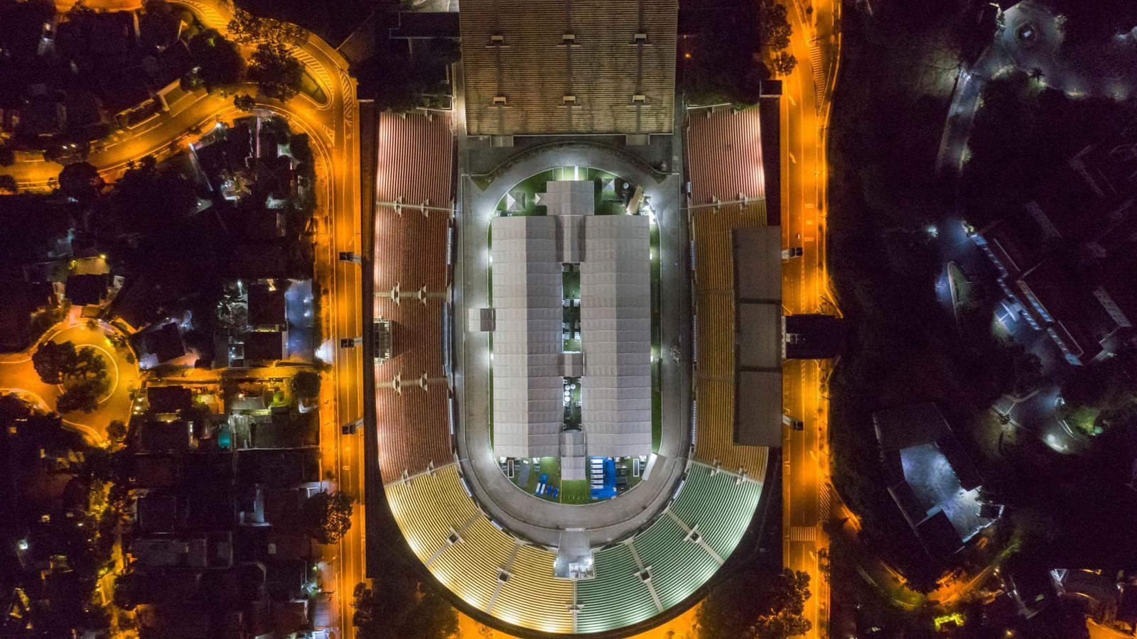 O Estádio do Pacaembu, em São Paulo, no Brasil, foi convertido em hospital de campanha para ...