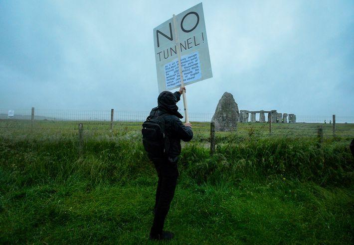 As pessoas que se opõem à construção do túnel incluem arqueólogos, ambientalistas e druidas da atualidade.