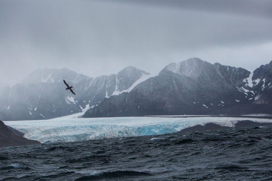 O mar agitado e os ventos fortes ao largo da montanhosa costa oeste de Svalbard anunciam ...