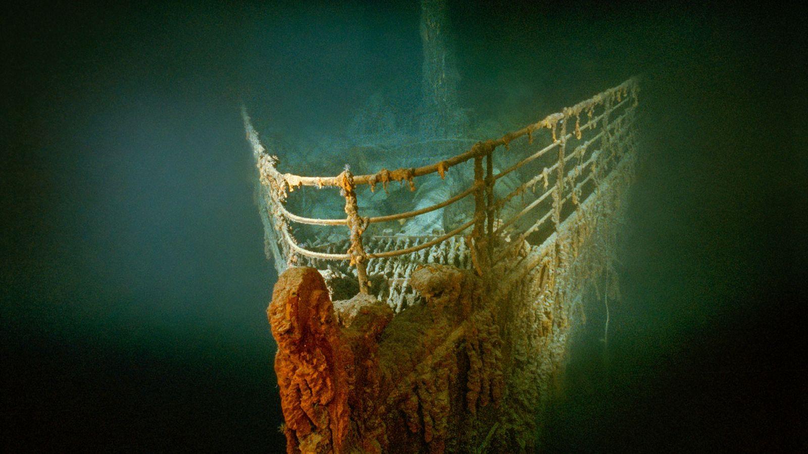 A proa enferrujada (arco) do Titanic.