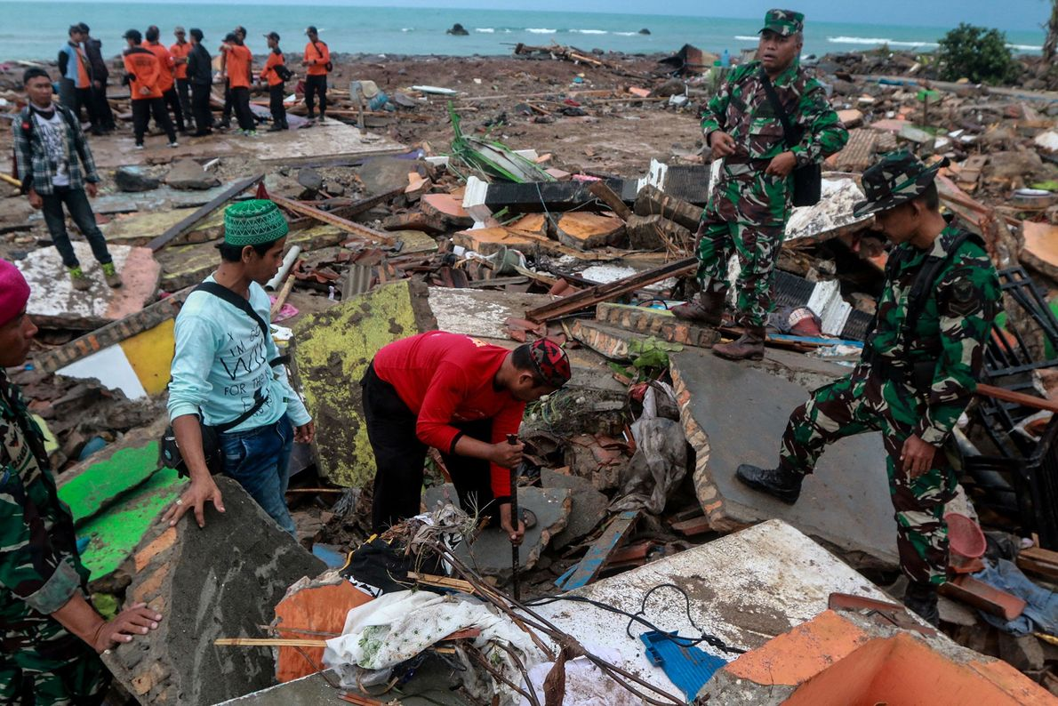 Destroços no rescaldo do tsunami mortal na Província de Lampung,