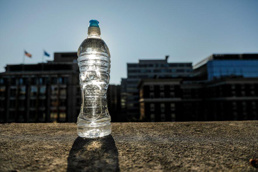 Beber água de uma só garrafa exposta ao sol não nos faz mal, mas os especialistas ...