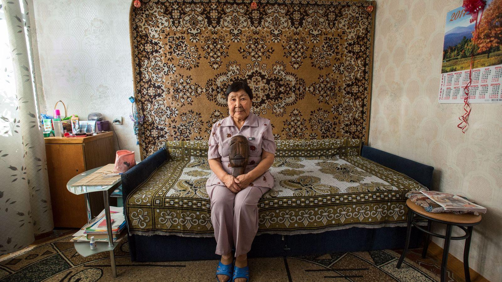 Elizaveta Dobrieva sentada no seu apartamento em Lavrentiya, Chukotka.