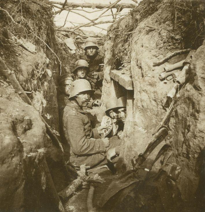 Um jogo de cartas, durante a Primeira Guerra Mundial, numa trincheira alemã, na Bélgica, em meados ...
