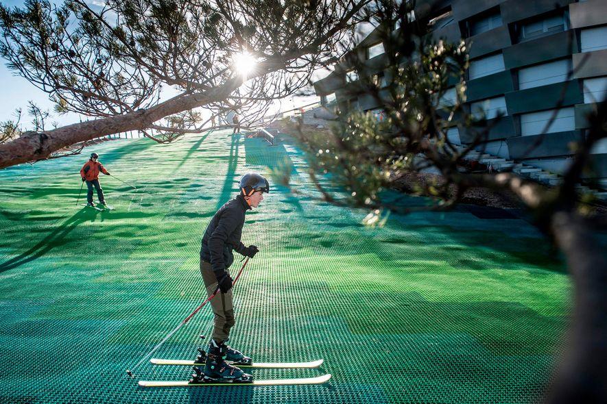 """Pessoas a esquiar em """"Copenhill"""", uma pista de esqui artificial e área de caminhada no topo ..."""