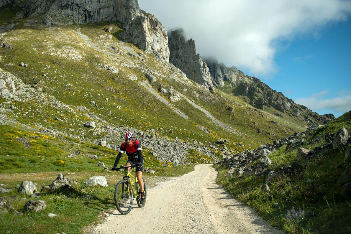 Um ciclista atravessa as colinas a caminho da pequena vila de Las Vegas de Sotres, nos ...