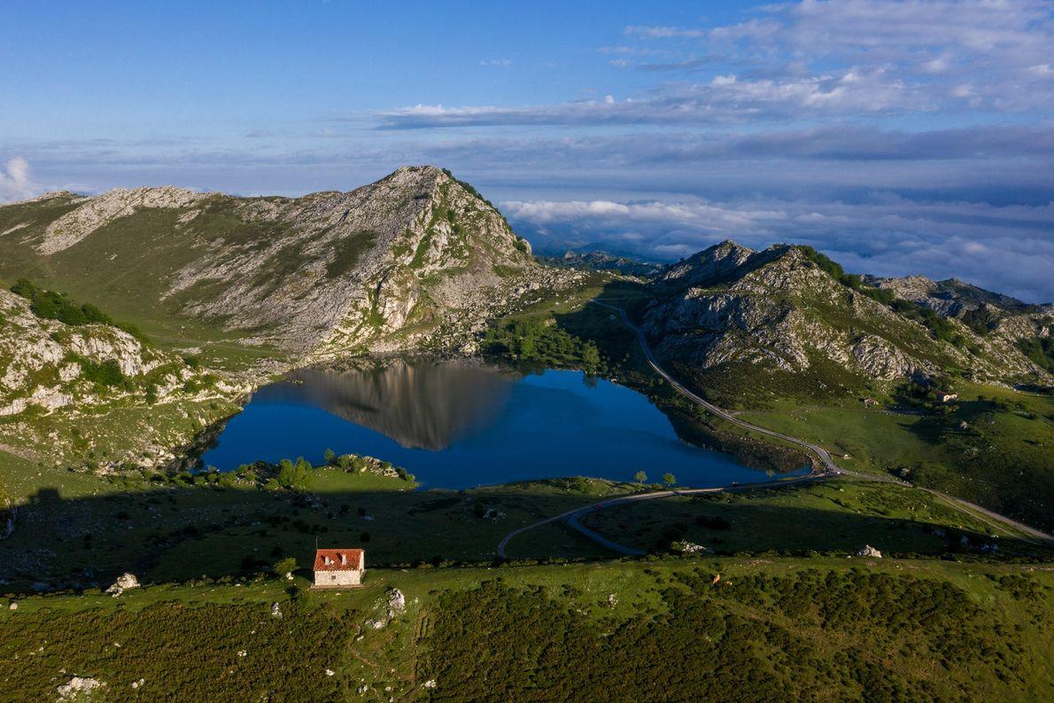 O lago Enol é outro de dois lagos glaciares de Covadonga, um dos pontos mais históricos ...