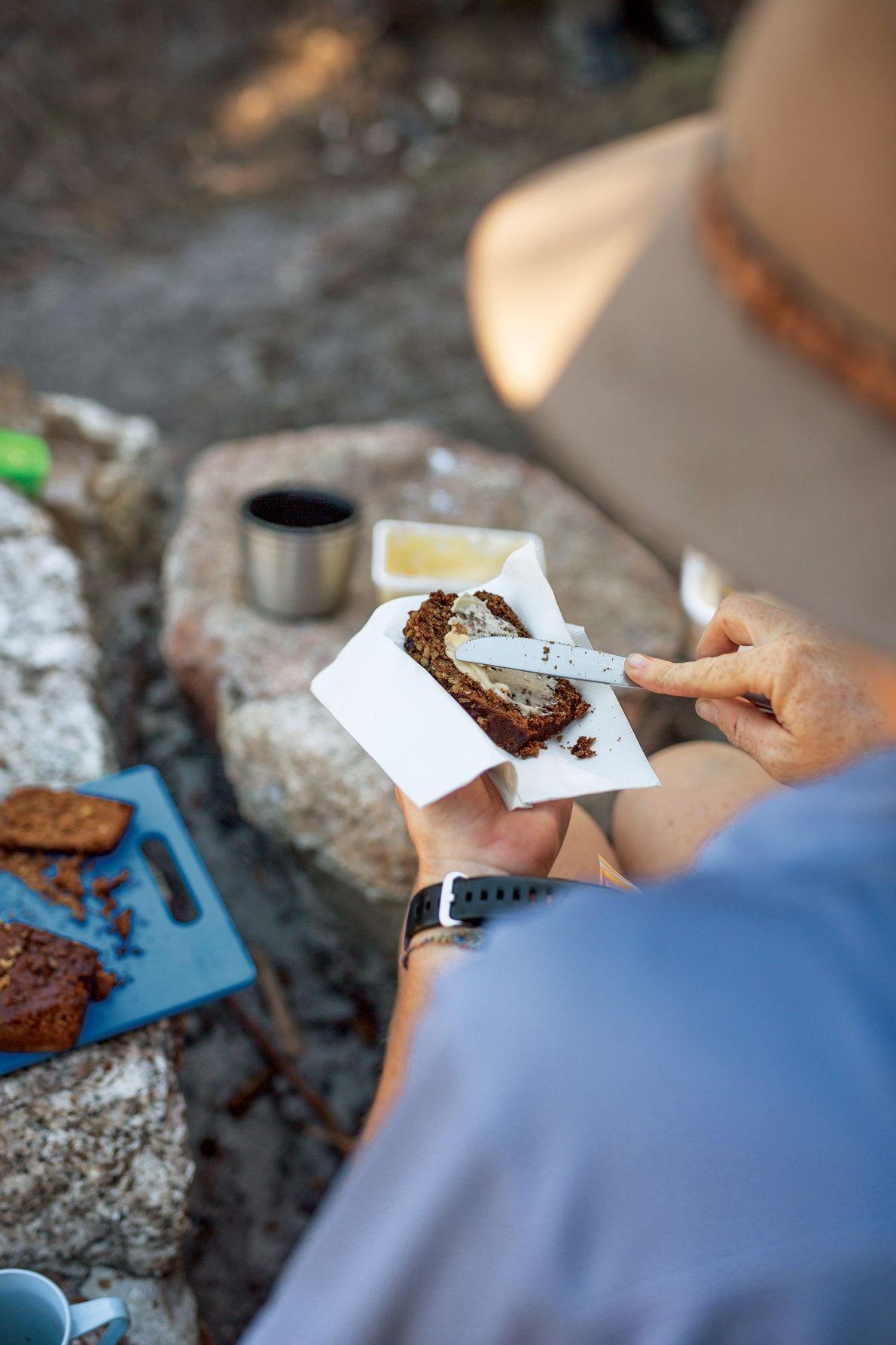 O chá da tarde fornece o sustento necessário para uma caminhada pelo Eddystone Point, ao longo ...