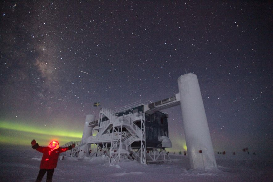 Sven Lidström tira uma selfie em frente ao IceCube Neutrino Observatory durante um inverno na Antártida.