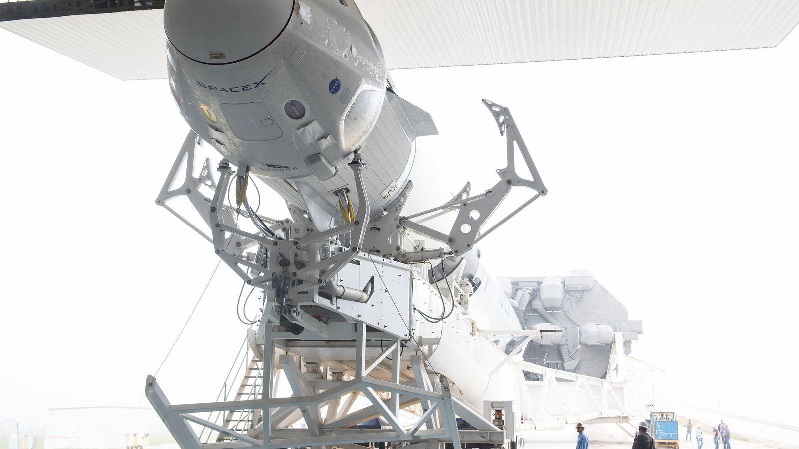 A nave Crew Dragon, da SpaceX, pousada no topo de um foguetão Falcon 9, antes do ...