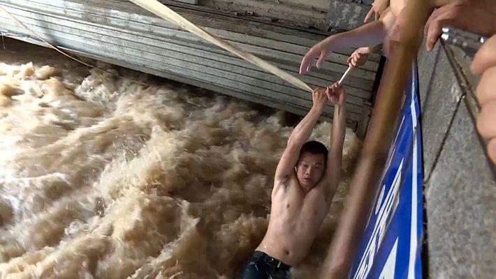 Os Salvamentos Dramáticos que Mostram a Intensidade das Cheias na China