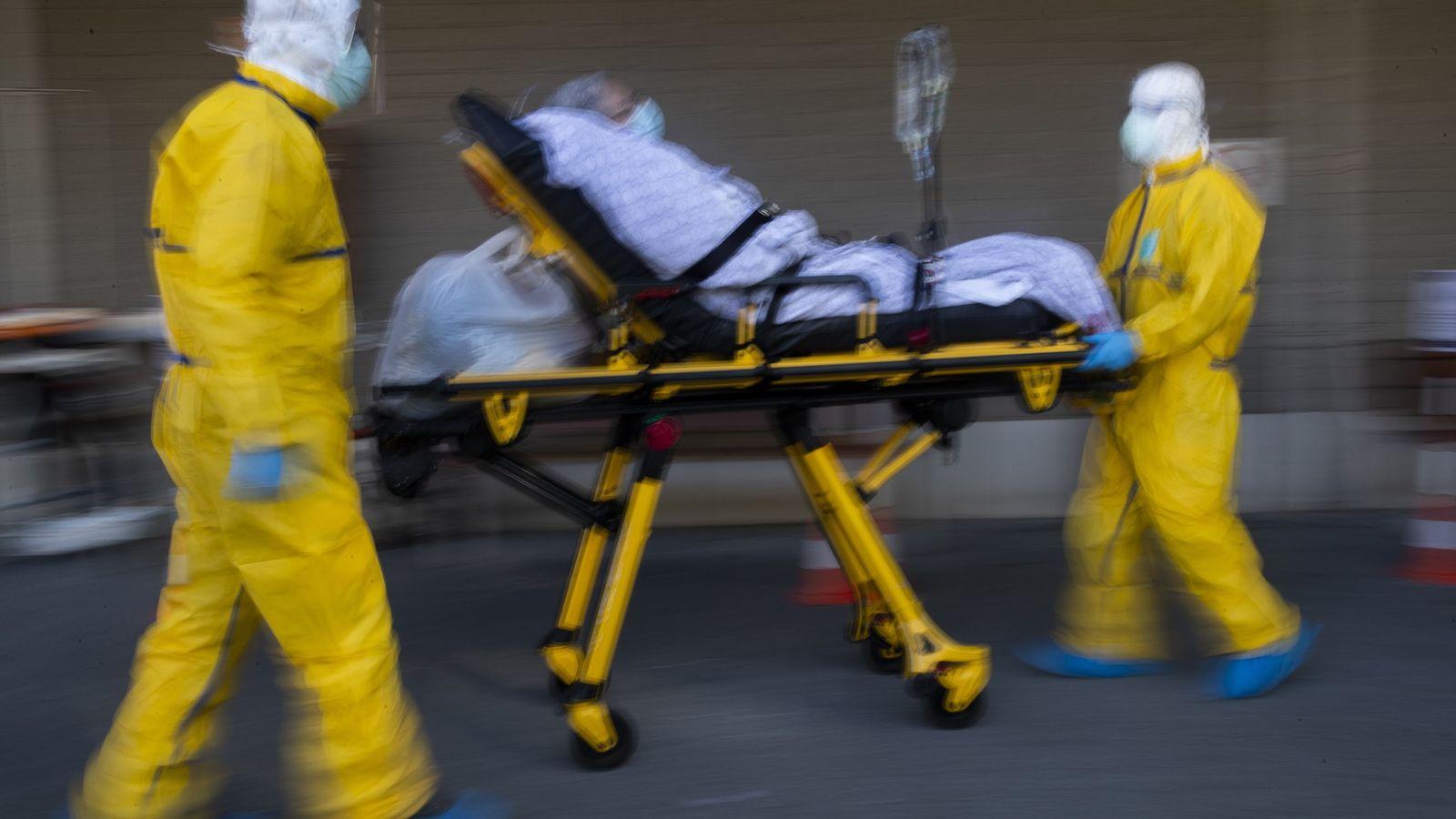 Um paciente com coronavírus é transferido de um hospital, que estava na sua capacidade máxima, para ...