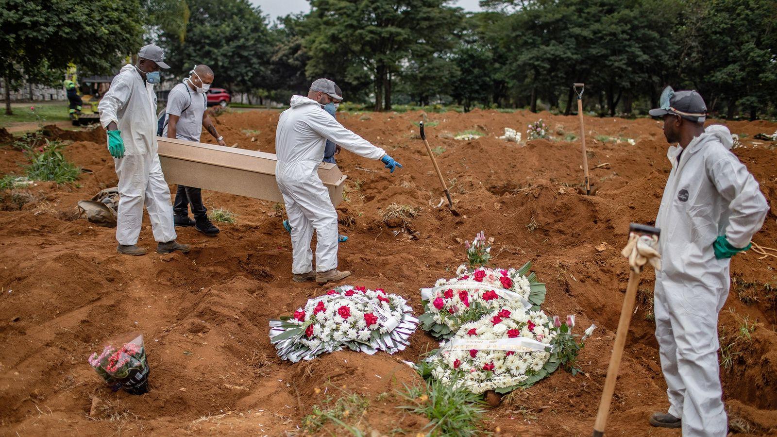 Enterro de uma vítima de coronavírus no cemitério de Vila Formosa, em São Paulo, no Brasil, ...