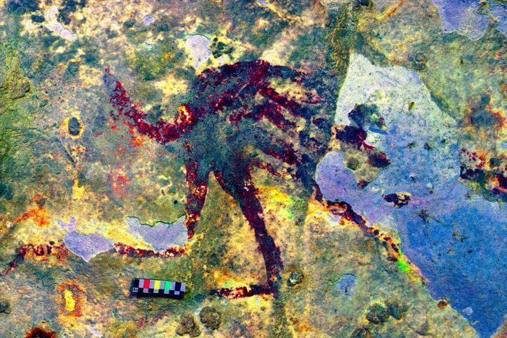 Nas paredes de uma caverna no sul da ilha Celebes, uma figura humanoide com cerca de ...