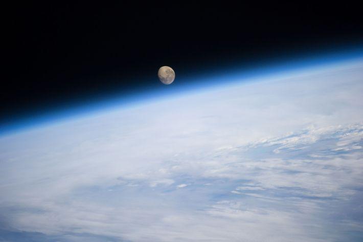 O pôr da lua atrás da Terra, visto da Estação Espacial Internacional.