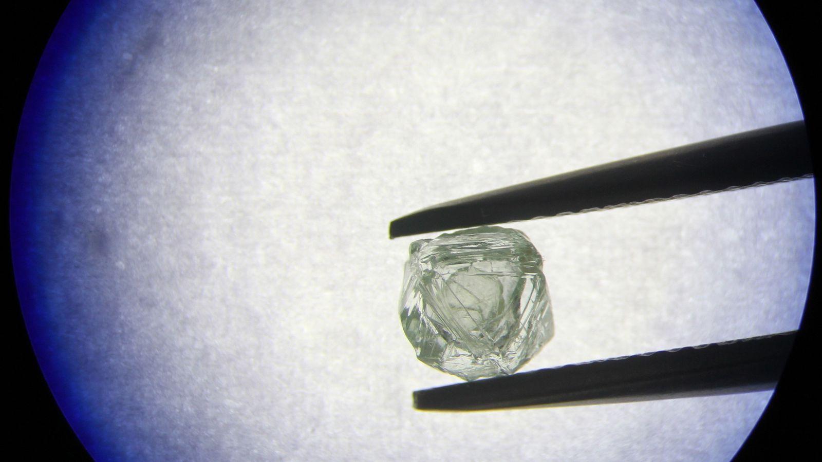 Foi descoberto pela primeira vez um diamante livremente solto dentro de outro diamante. Os cientistas estão ...