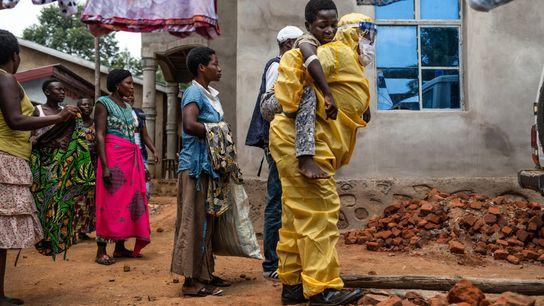 Nesta fotografia, tirada no ano passado, um profissional de saúde transportava Kakule Kavendivwa, de 14 anos, ...