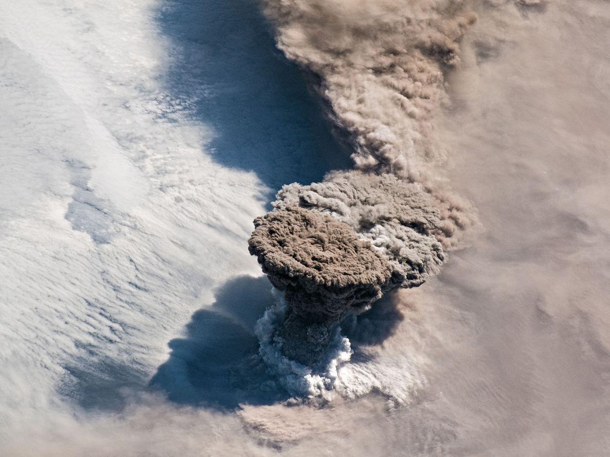 No dia 22 de junho de 2019, o vulcão Raikokoe entrou em erupção, disparando uma coluna ...