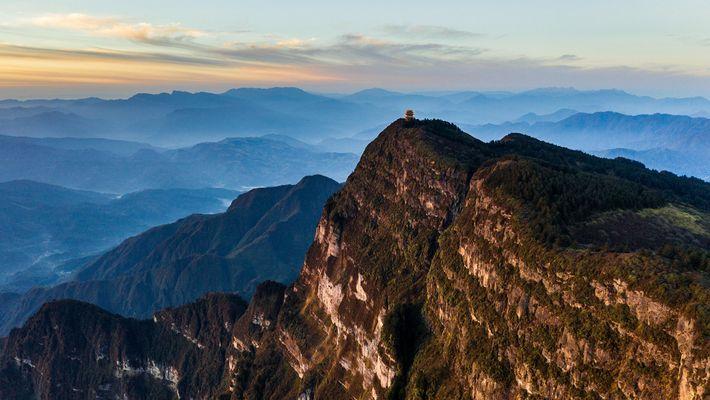 Um templo no cume da montanha Emeishan, na província de Sichuan, na China. A paisagem circundante ...