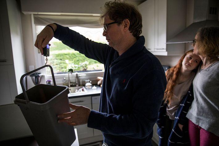 Esta família em Roubaix, França, pesa o lixo todas as semanas, na tentativa de reduzir o ...