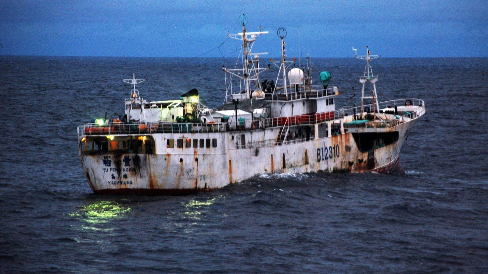 Uma embarcação com a bandeira taiwanesa, suspeita de pesca ilegal, move-se nas águas ao largo da ...