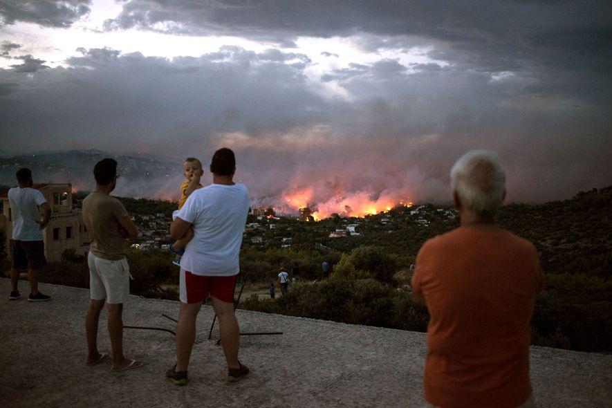 Um incêndio assola a região perto da cidade de Rafina, nas proximidades de Atenas, na Grécia, no dia 23 de julho de 2018. Foram contabilizadas 20 vítimas mortais e um número elevado de feridos, na sequência dos incêndios que consumiram áreas de floresta e aldeias em redor de Atenas. Nesse mesmo dia, vários fogos assolavam a Suécia e outras nações do norte da Europa, causando inúmeros danos.