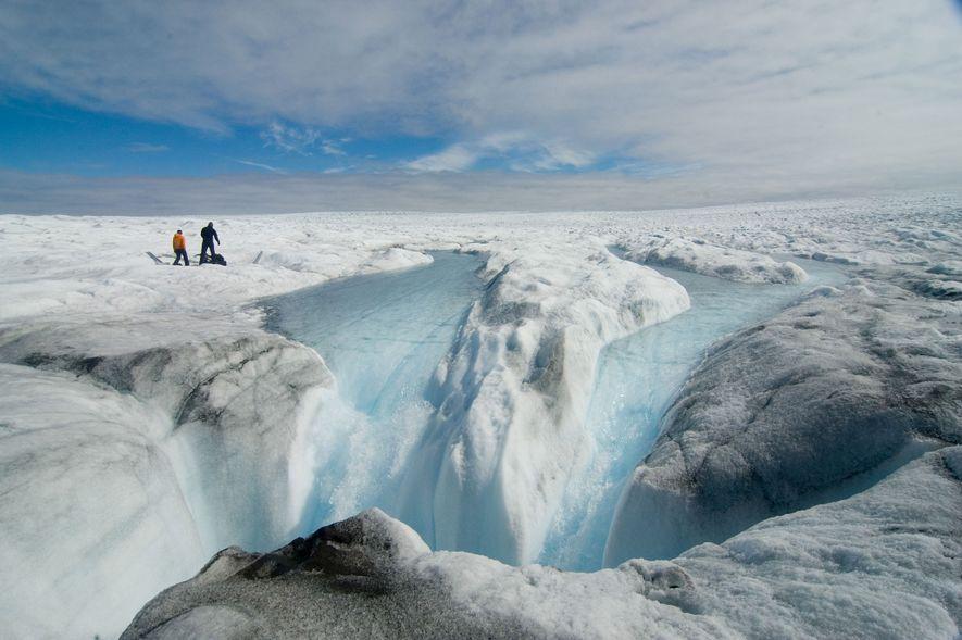 Investigadores observam o degelo nos limites da camada de gelo da Gronelândia.