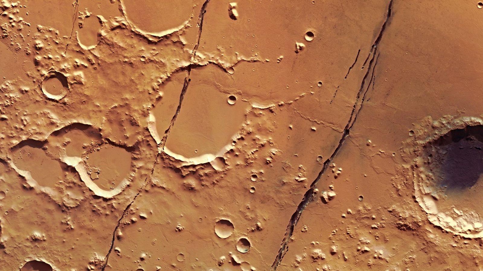 Nesta imagem, captada em janeiro de 2018 pela sonda Mars Express da Agência Espacial Europeia, várias ...
