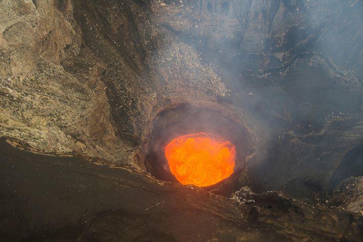 Este é um dos cinco lagos de lava que costumavam agitar a caldeira do vulcão de ...