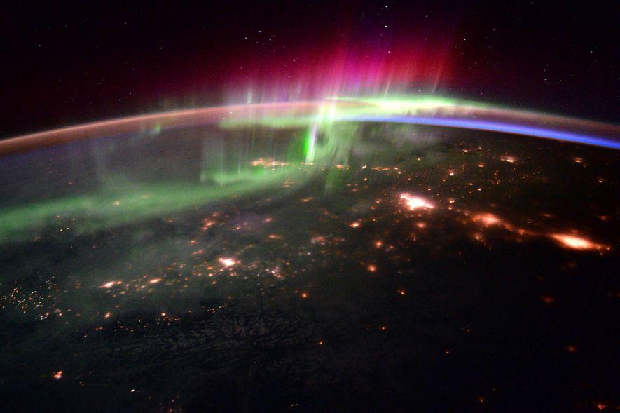 A interação do vento solar com o campo magnético do nosso planeta produz espetáculos de luzes ...