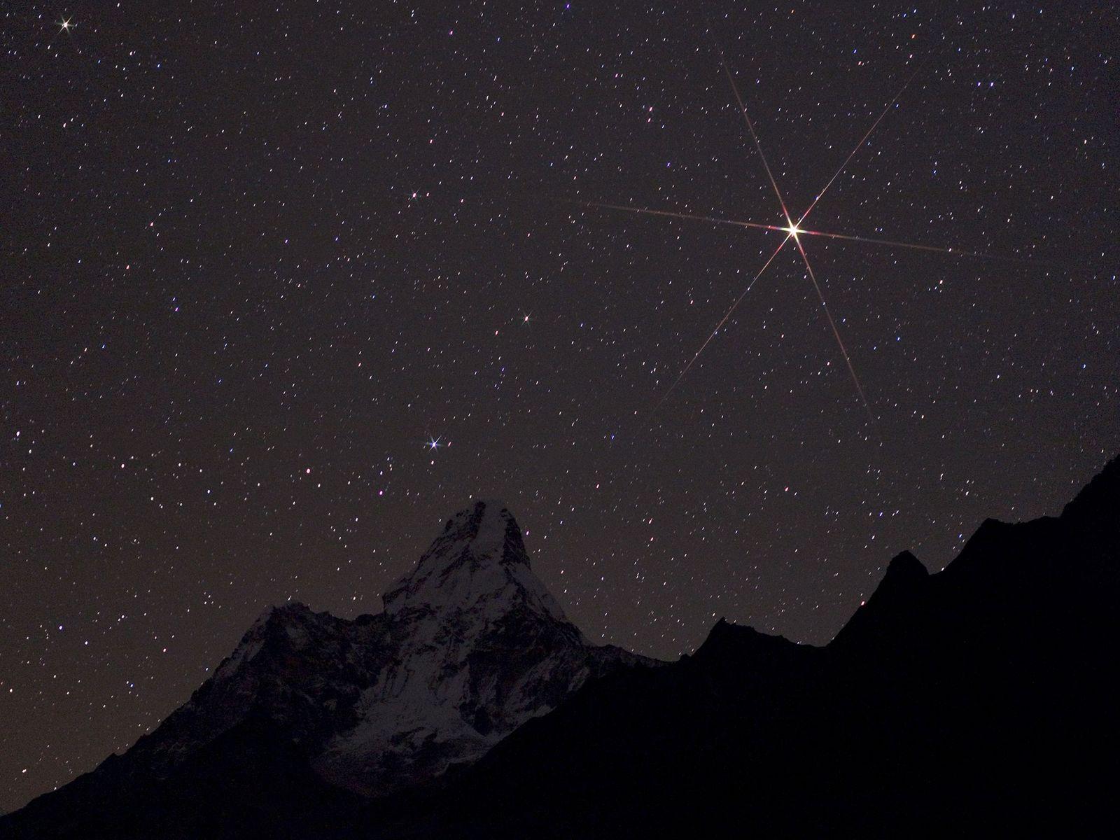Marte brilha sobre o Parque Nacional de Sagarmatha, no Nepal.