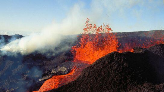 Explosões de lava no Mauna Loa, no Havai, que mais uma vez detém o título de ...
