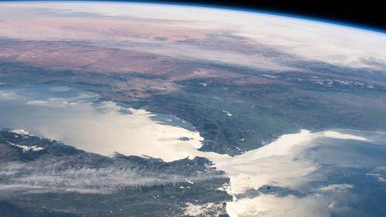 A única ligação entre o Mediterrâneo e os oceanos mundiais é feita através de uma estreita ...