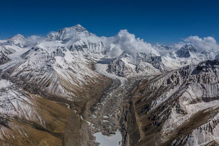 Uma vista a partir do acampamento-base Norte do Evereste mostra os glaciares de Rongbuk e a ...