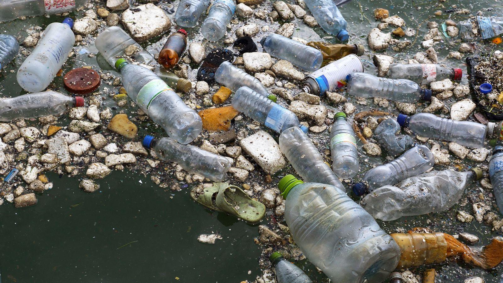 Lixo plástico no oceano.