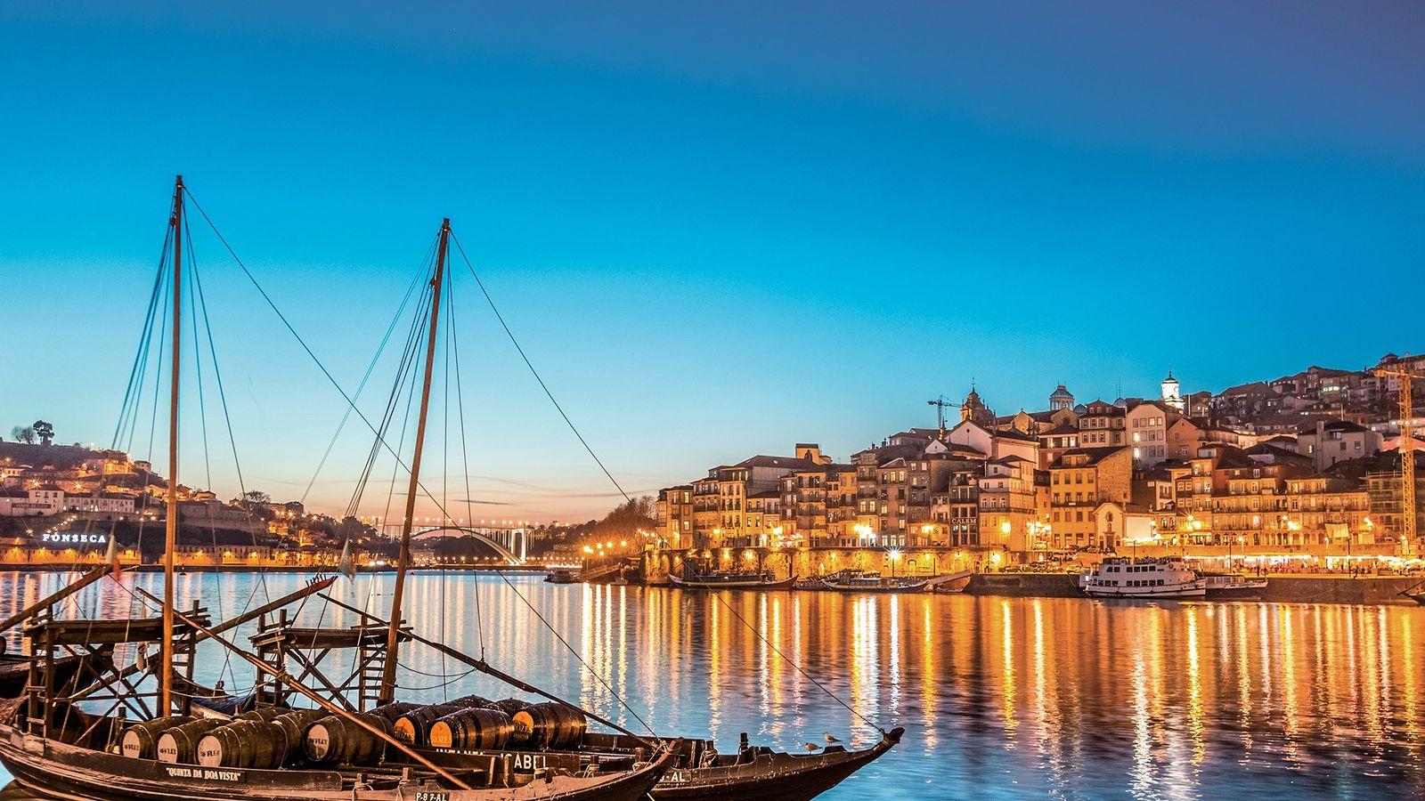 A cidade do Porto, com as suas seis pontes sobre o rio Douro e os barris ...