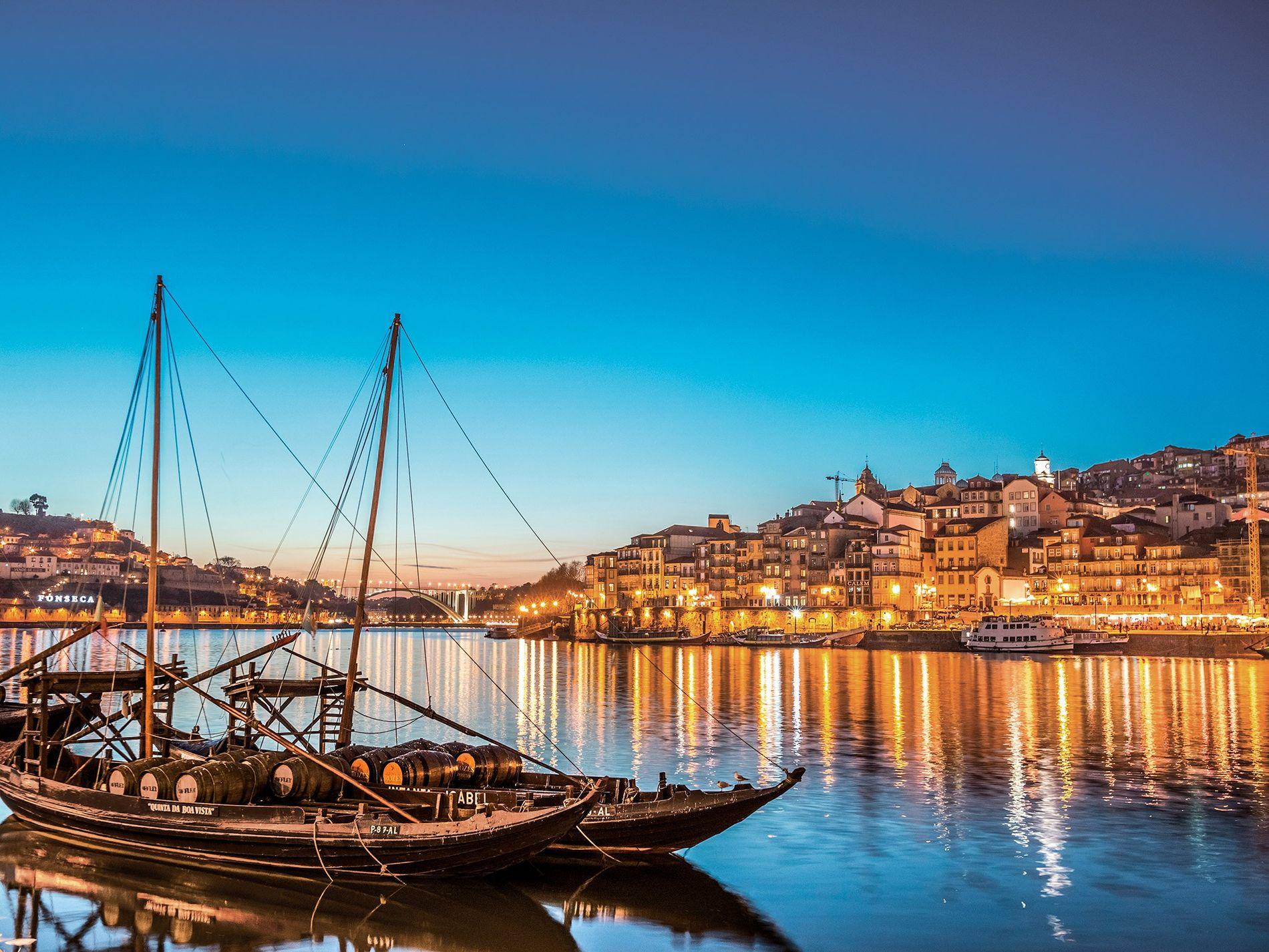 A cidade do Porto, com as suas seis pontes sobre o rio Douro e os barris infinitos de vinho do Porto, deslumbra ao anoitecer.
