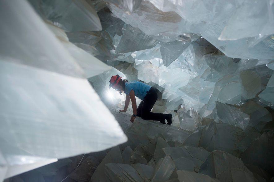 A geóloga Milagros Carretero atravessa o enorme Geode de Pulpí, em Espanha, em agosto de 2019.