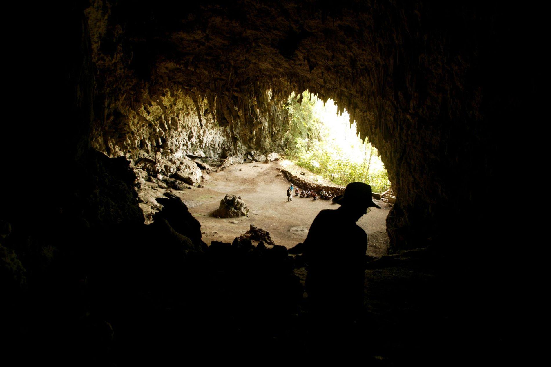 O arqueólogo Douglas Hobbs explora a gruta em Liang Bua.