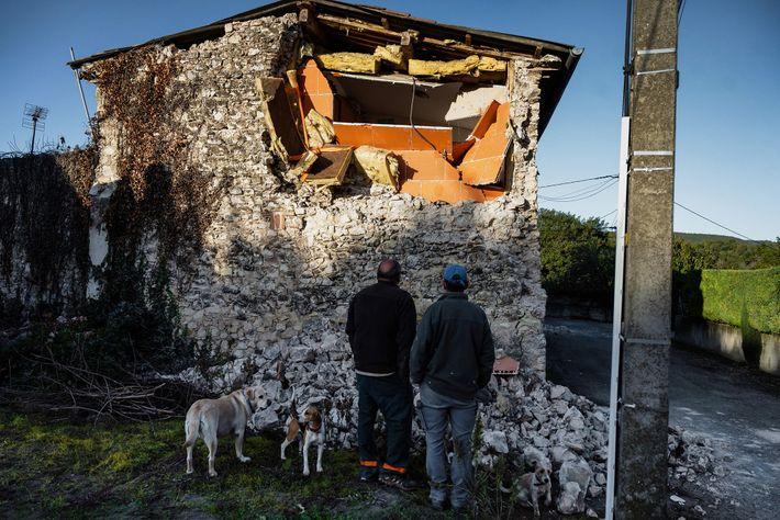 No dia 11 de novembro, um sismo de magnitude 4.8 atingiu o sudeste de França, danificando ...