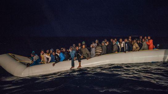 O MS Aquarius avista uma embarcação em perigo.